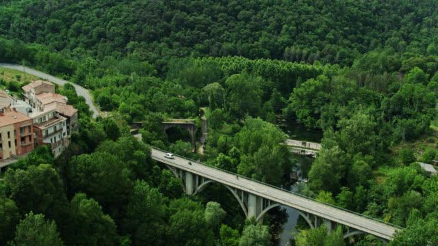 ponte per castellfollit de la roca - colpo di drone - roca video stock e b–roll