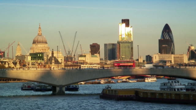stockvideo's en b-roll-footage met ws bridge traffic crossing thames river with view of st. paul's cathedral, tower 42, and swiss re tower / london, england - onbekend geslacht