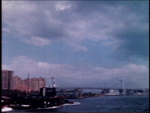 1962 montage bridges across the east river / new york, new york, united states - 1962年点の映像素材/bロール