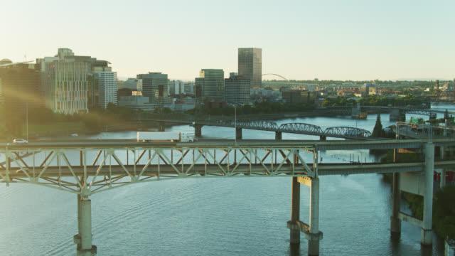 ponti e centro di portland oregon - antenna - fiume willamette video stock e b–roll