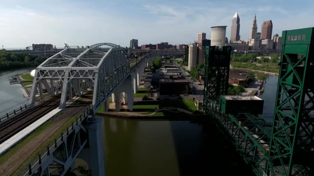 bridges and skyline of cleveland ohio - fiume cuyahoga video stock e b–roll
