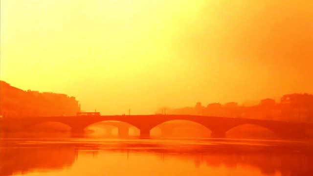 vídeos de stock e filmes b-roll de pontes de florença ao pôr do sol - estilo do século 16