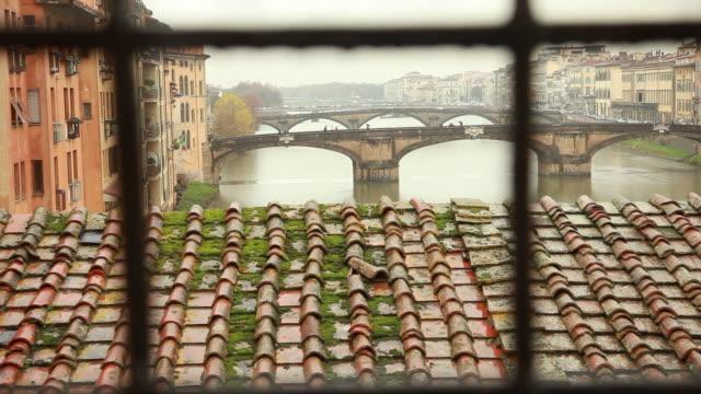 bridges on arno river / florence, italy - florenz stock-videos und b-roll-filmmaterial