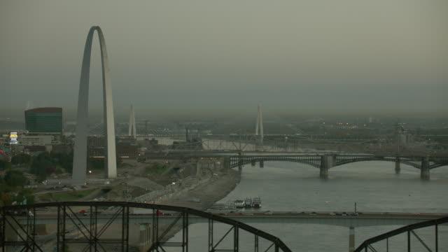 bridges on mississippi river in st louis - jefferson national expansion memorial park bildbanksvideor och videomaterial från bakom kulisserna