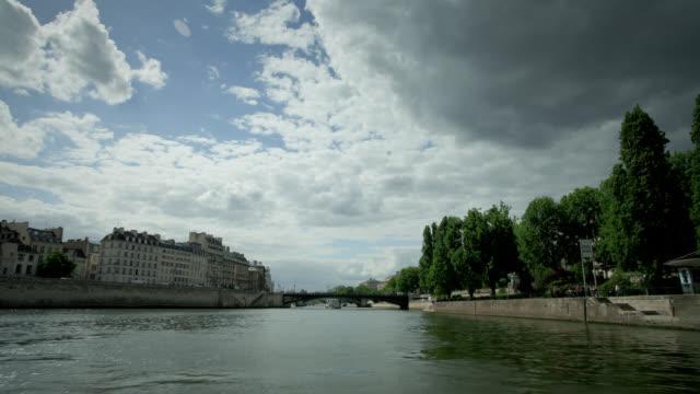bridges span the river seine in paris. - ポンヌフ点の映像素材/bロール