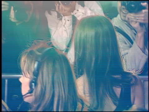 vídeos y material grabado en eventos de stock de bridget fonda at the 'jackie brown' premiere at the mann village theatre in westwood california on december 11 1997 - jackie brown película