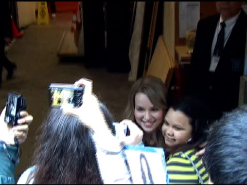 vidéos et rushes de bridgit mendler signs autographs for fans as she departs 'live with regis and kelly' in new york 04/11/11 - autographe