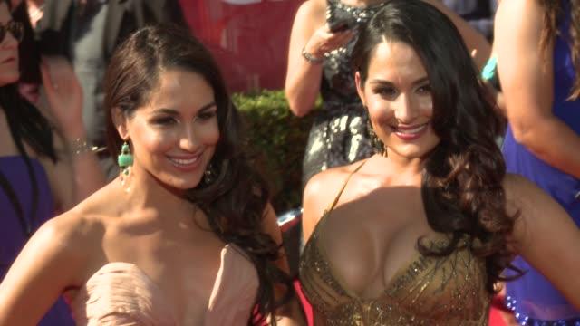 vidéos et rushes de brie bella, and nikki bella at 2012 espy awards on 7/11/2012 in los angeles, ca. - espy awards