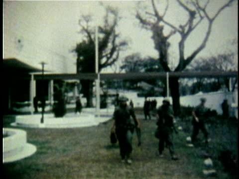 brief shot of us soldiers outside us embassy in saigon / us soldier on patrol vietnam - ホーチミン市点の映像素材/bロール