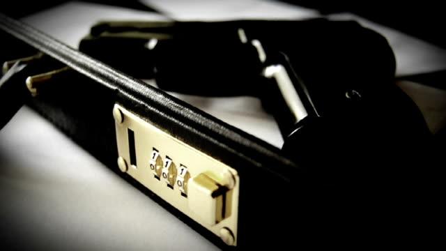 vídeos de stock, filmes e b-roll de pasta com arma-misterioso - briefcase