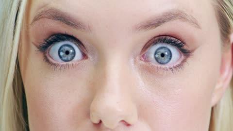 vídeos y material grabado en eventos de stock de amplia eyed belleza - staring