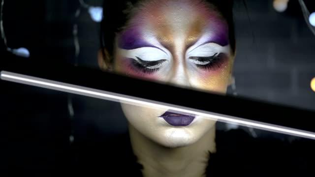 stockvideo's en b-roll-footage met heldere mode en redactionele make-up - videoportret