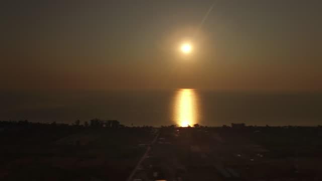 bright golden sun during an epic sunrise over water in the gulf of thailand - varmt ljus bildbanksvideor och videomaterial från bakom kulisserna