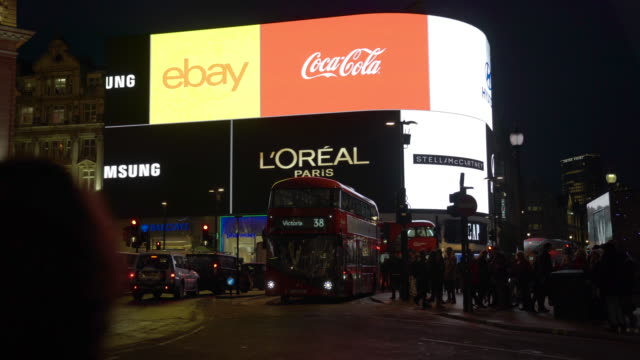 vídeos de stock e filmes b-roll de bright lights of piccadilly circus at night, london - billboard