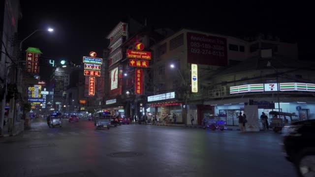 bright neon shop and hotel lights by busy main road of chinatown in bangkok, thailand, southeast asia, asia - sydostasien bildbanksvideor och videomaterial från bakom kulisserna