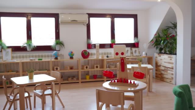 vidéos et rushes de salle de classe préscolaire lumineuse - garde d'enfant