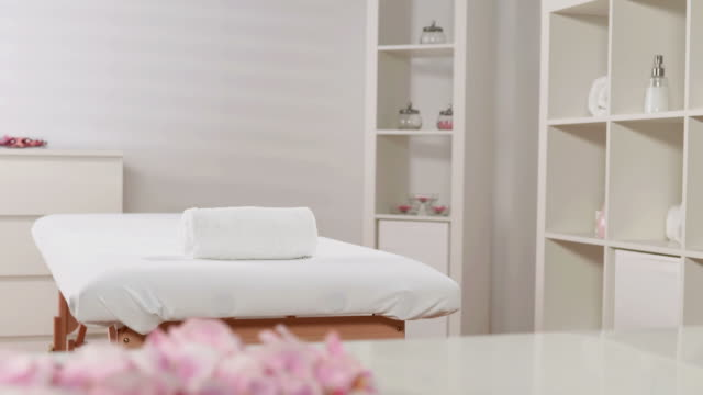 vídeos y material grabado en eventos de stock de dolly hd: habitación spa del club de salud - massage table