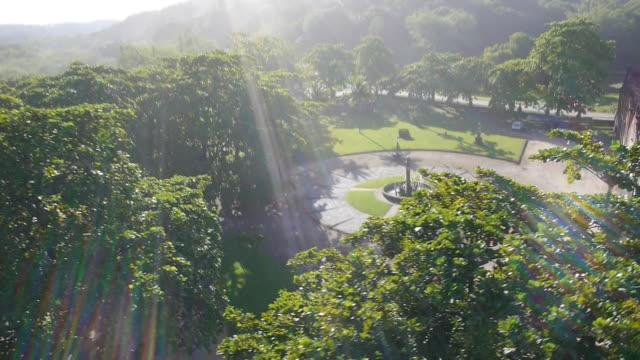 vídeos y material grabado en eventos de stock de bright sunlight falls over fountain and trees in park - parque ciudad