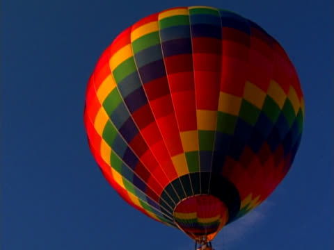 stockvideo's en b-roll-footage met brightly colored hot air balloon overhead - alleen één mid volwassen man
