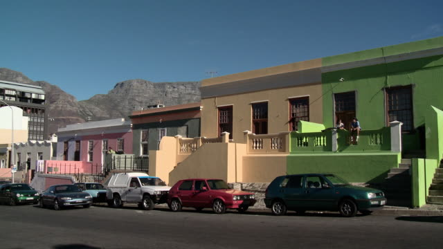 ws brightly painted houses, bokaap suburb, cape town, western cape, south africa - cape town stock videos & royalty-free footage