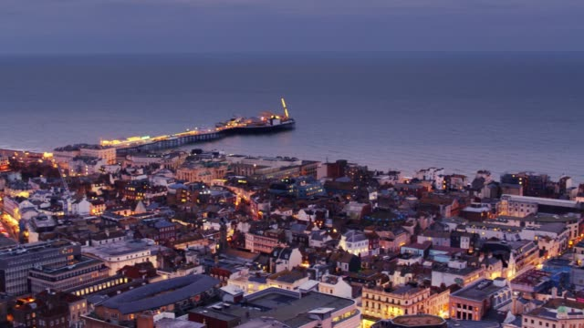 brighton von oben nach sonnenuntergang - brighton brighton and hove stock-videos und b-roll-filmmaterial