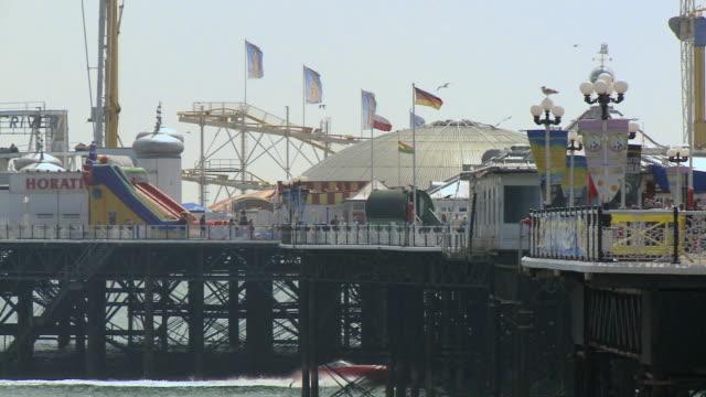 ws brighton pier full of tourists / brighton, united kingdom - ブライトン パレスピア点の映像素材/bロール