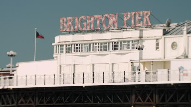 ms, brighton pier sign, brighton, sussex, united kingdom - ブライトン パレスピア点の映像素材/bロール