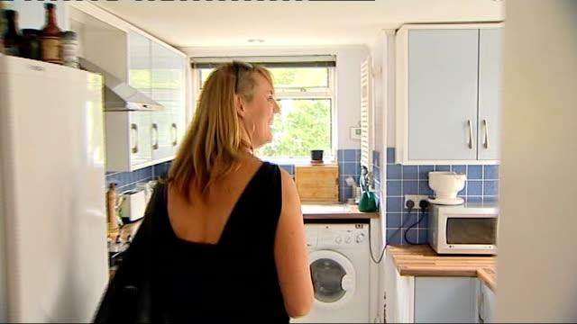 vídeos y material grabado en eventos de stock de brighton woman moves back into her house after dispute with tenant resolved england east sussex brighton suzy butler enters front door of her house... - east sussex