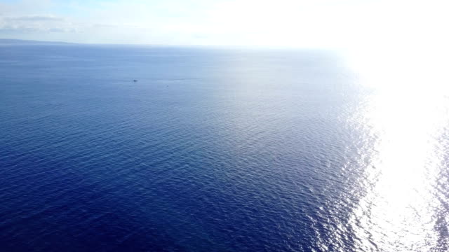 brilliant afternoon sun reflecting off ocean on maui's coast - pacific ocean stock videos & royalty-free footage