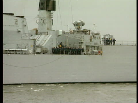 hms brilliant leaves for bosnia *incorrect date should be november 1992* portsmouth brilliant along in harbour lms crew seen on board ship pull out... - itv weekend late news点の映像素材/bロール