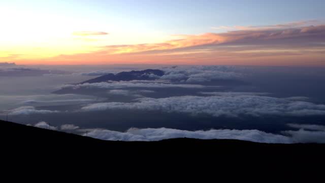 vídeos de stock, filmes e b-roll de pôr do sol brilhante sobre montanhas vulcânicas em maui - pouca luz