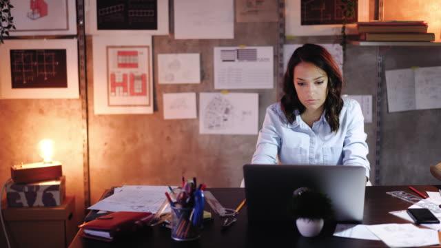 stockvideo's en b-roll-footage met haar ontwerpen tot leven brengen met technologie - freelancer
