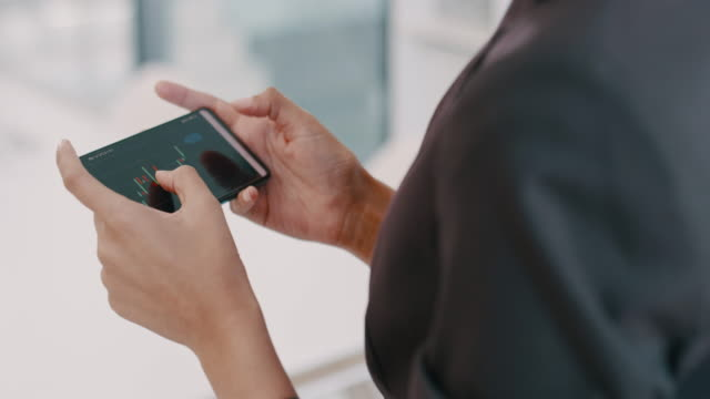 vídeos de stock, filmes e b-roll de aproximando o mercado de ações de você - vestuário de trabalho formal