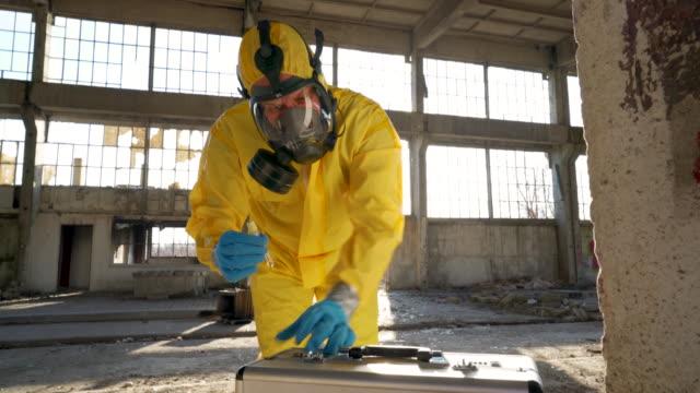 vídeos de stock e filmes b-roll de bringing toxic samples to further analyze - arma de destruição em massa