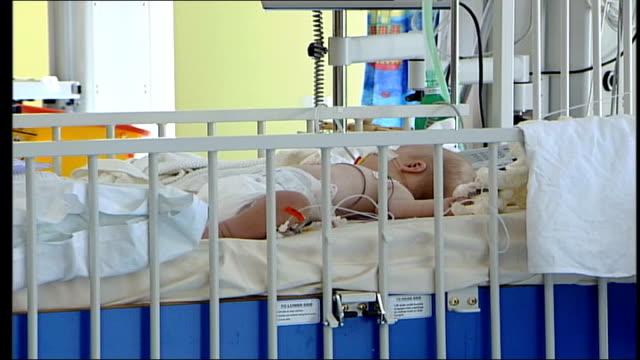 bristol heart scandal report: hospital scenes; itn england: bristol: royal hospital for children: int gv children's intensive care ward to bv nurse... - イングランド南西部点の映像素材/bロール