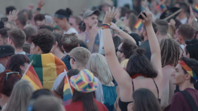vídeos de stock, filmes e b-roll de crowd of people at music festival - festivaleiro
