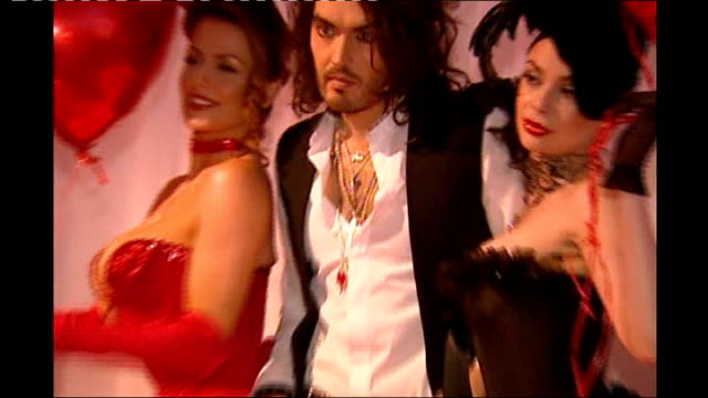 vídeos de stock, filmes e b-roll de brit awards broadcast live for first time in 18 years russell brand posing for photocall with women in basques holding heart shaped balloons wipe to - símbolo conceitual