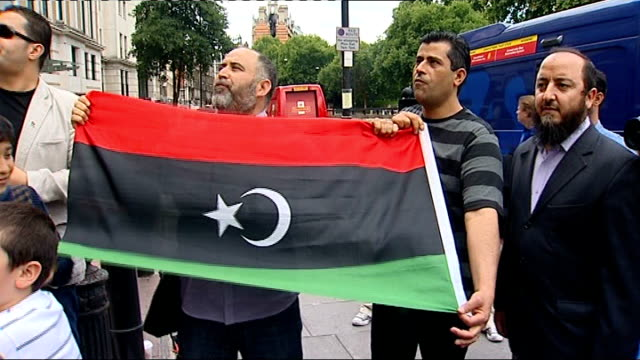 stockvideo's en b-roll-footage met britain recognises libyan rebels as legitimate government and expels diplomats england london ext protesters outside libyan embassy chanting down... - startvlag