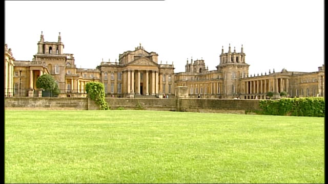 vídeos y material grabado en eventos de stock de britain signs trade deals with china oxfordshire blenheim palace ext chinese tourists off coach chinese visitor outside blenheim palace gates holding... - palacio de blenheim