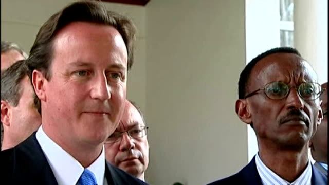 britain stops aid donation over support for drc rebels; t24070725 / 24.7.2007 rwanda: kigali: david cameron mp photocall and handshake with paul... - キガリ点の映像素材/bロール