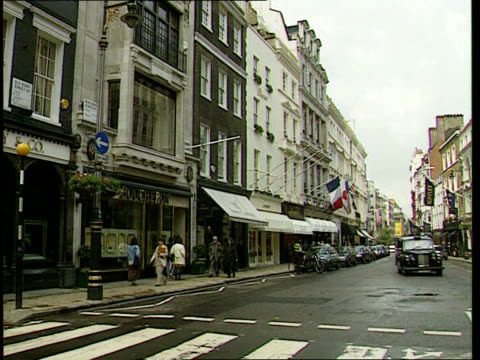Britain's growth in millionaires ENGLAND London Expensive shops on Bond Street GV Cartier shop