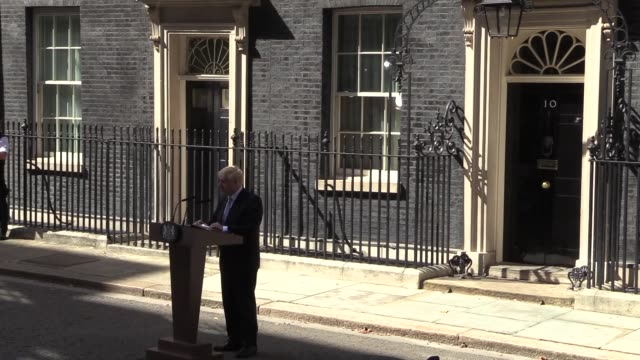 stockvideo's en b-roll-footage met britain's new prime minister boris johnson speaks to media outside number 10, downing street on july 24, 2019 in london, united kingdom. carrie... - brexit