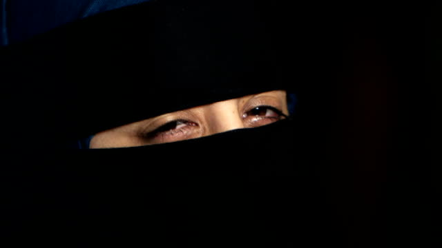 vidéos et rushes de two women who wear the niqab speak out; england: int various set-up shots of sara sara introducing herself to camera sot ext **sara interview... - vêtement religieux