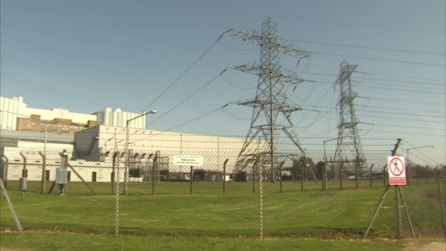 vídeos y material grabado en eventos de stock de britain's nuclear power plans were given a boost today after japan's hitachi signed a million deal to build a new generation of plants in this... - nuclear energy