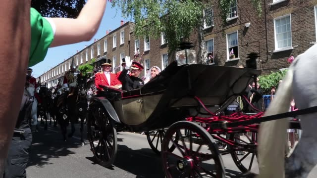 vidéos et rushes de britain's prince harry duke of sussex and his wife meghan duchess of sussex are escorted by members of the household cavalry mounted regiment as they... - monarchie anglaise