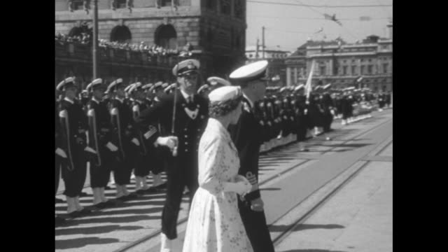 vidéos et rushes de britain's queen elizabeth ii and sweden's king gustaf vi adolf walk past swedish honor guard lined up for inspection / various shots of elizabeth and... - wagon