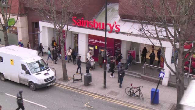 vídeos de stock e filmes b-roll de britain's sainsbury's supermarket chain announces record sales for the christmas week nevertheless the retailer's overall sales for the last 2016... - cadeia de lojas