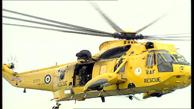vídeos y material grabado en eventos de stock de britain's search and rescue service sold off to us firm; lib / tx wales: pembroke st davids: low angle shot sea king helicopter with 'raf rescue' on... - pembroke