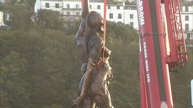 vídeos de stock e filmes b-roll de britain's tallest statue verity designed by one of its most famous artists has gone on display in a seaside town in devon damien hirst's 65 foottall... - estátua