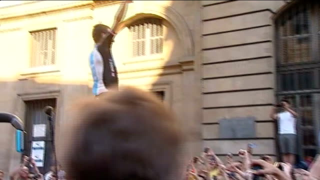 britian to host three stages of 2014 tour de france t22071214 / tx paris ext bradley wiggins the first briton to win the tour de france jumping up... - ツール・ド・フランス点の映像素材/bロール